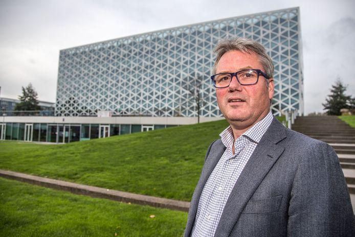 Henk Hagoort bij het X-gebouw van Windesheim, dat nog zeker tot de herfstvakantie 2018 niet gebruikt kan worden.