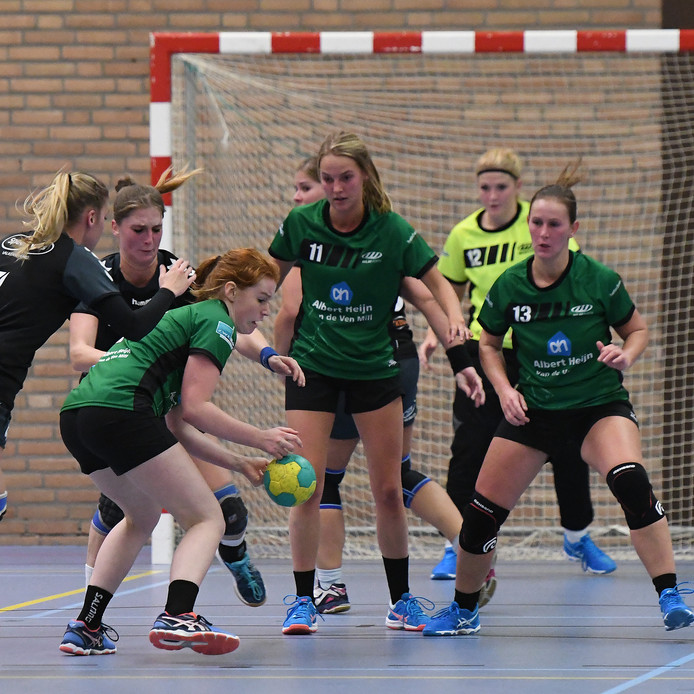 Archiefbeeld: Liz Jansen van MHV'81 probeert de bal onder controle te krijgen.