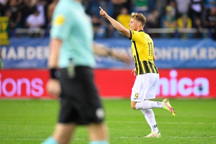 Nikolai Baden Frederiksen loopt juichend weg na zijn goal tegen Fortuna Sittard.