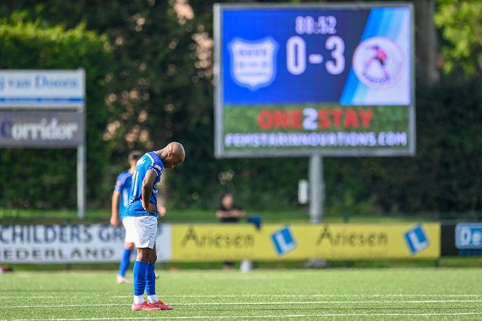 Joshua Patrick buigt het hoofd na de 0-3 van de Rotterdammers.