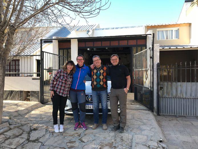Harry (r) en Roelie (tweede van links) Morskate bij hun afscheid van de Argentijnse pensionhouders in Chos Malal.