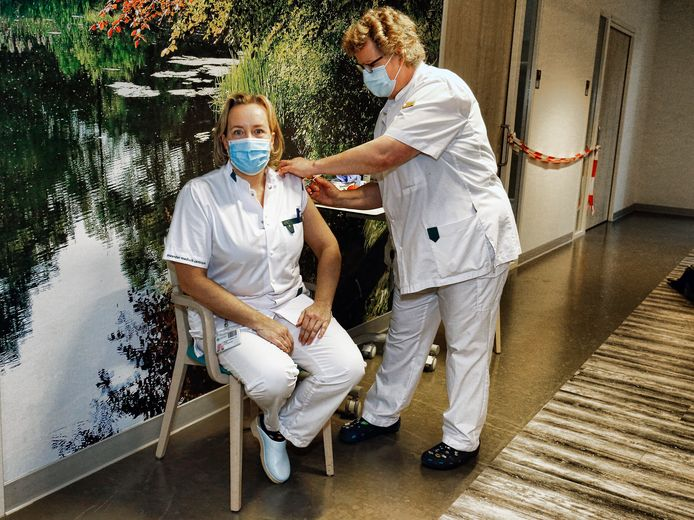 De start vaccinatie programma tegen Covid 19 in ziekenhuis Meander op 6 januari.  Na zelf de eerste prik gezet te hebben ontvangt Mariette Bakkers de vaccinatie.