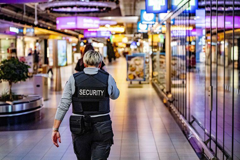 Vakbonden verwijten Schiphol al langer bezig te zijn met 'een race naar de bodem' wat betreft de arbeidsvoorwaarden van beveiligers. Beeld ANP