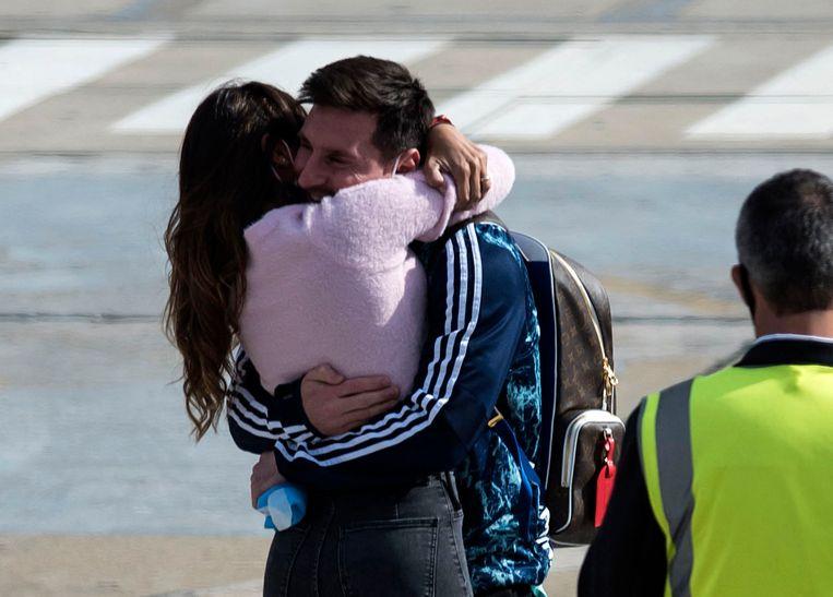 Zondag landde Messi op het vliegveld van zijn geboortestad Rosário, waar echtgenote Antonella hem opwachtte en omhelsde. Beeld AFP