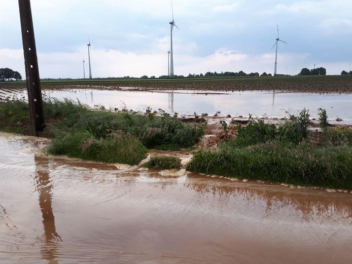 Om de waterproblemen op te lossen komt er een bekken en een dam.