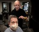 Kapper Harrie Maas uit Deurne knipt klant Jan Coenen.
