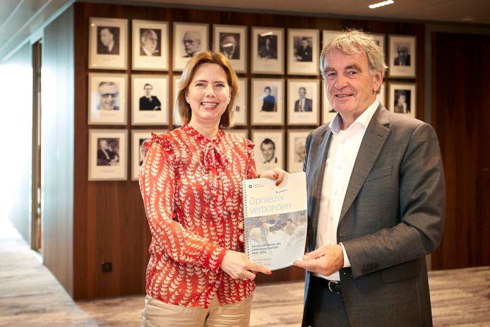 Pieter van Geel biedt het rapport aan aan minister Van Nieuwenhuizen.
