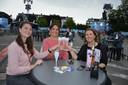 Caroline, Natasha en Sarah klinken op de start van de 46e Lokerse Feesten.