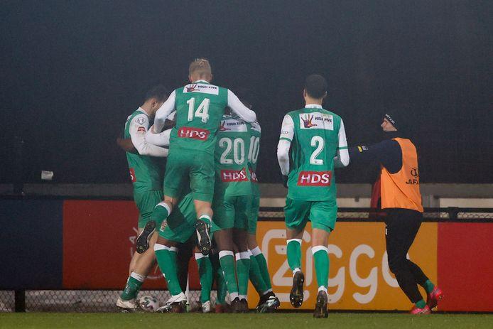 De spelers van FC Dordrecht vieren de winnende treffer in Amsterdam.