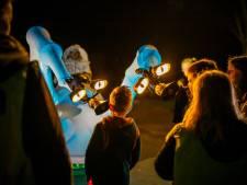 Na jaar afwezigheid weten honderden wandelaars Sint Jansklooster weer te vinden voor sprookjesachtige Theaterwandeltocht