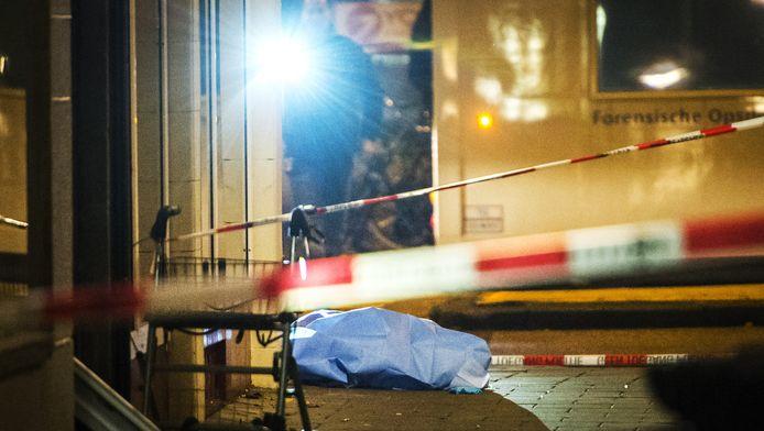 Forensisch experts van de politie deden gisteren sporenonderzoek rondom het slachtoffer na een schietpartij in de Rijnstraat in Amsterdam.