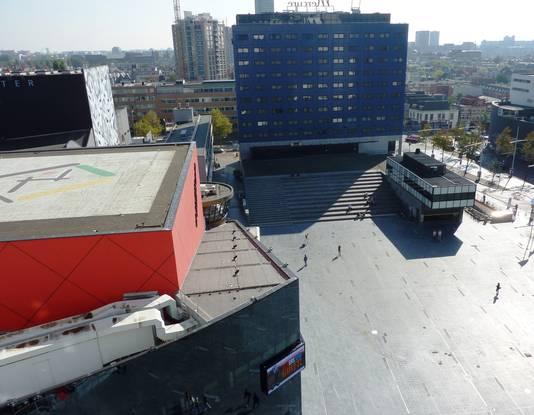 Uitzicht vanuit werkkamer wethouder Wijsmuller (HSP) op Spuiplein. Links de Dr. Anton Philipszaal.