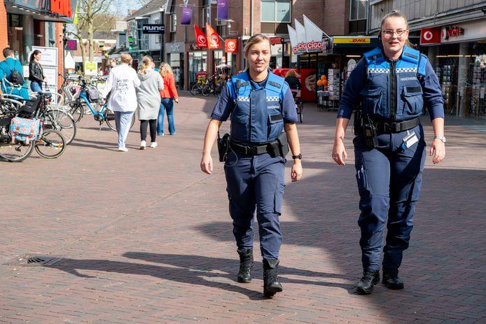 Boa's houden sinds de coronauitbraak in maart meer toezicht op de straten van Hardenberg. Hier lopen Glenda Schonewille (l) en Elisa de Lange door de Voorstraat.