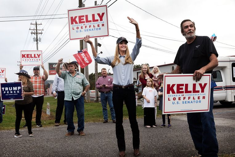 De republican senator Kelly Loeffler (midden) tijdens haar campagne.  Beeld Daniel Rosenthal