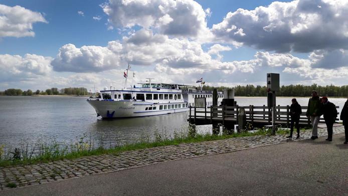De Poseidon meert aan in Buiten de Waterpoort, Gorinchem.