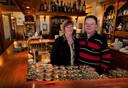 Archieffoto van Elly en Gerard van Dijk, achter de bar van het restaurant.