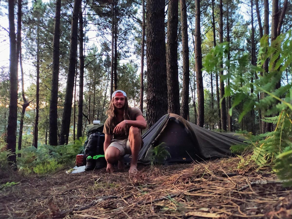 Mike Voorbraak bij zijn tent in Arouca, Portugal.