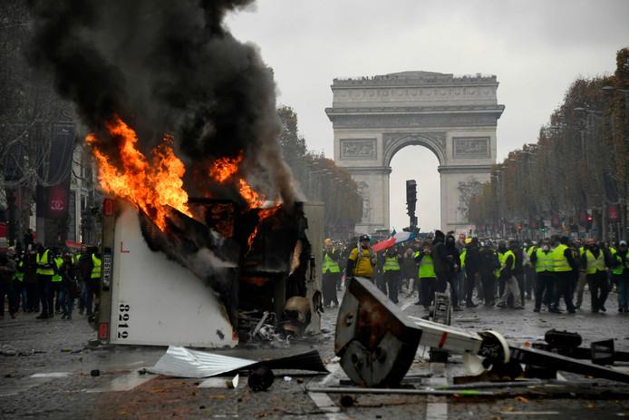 Een brandende vrachtwagen tijdens de betoging van vorige week zaterdag in de Franse hoofdstad.  De Franse veiligheidsdiensten gebruikten traangas en waterkanonnen om de relschoppers uiteen te drijven.