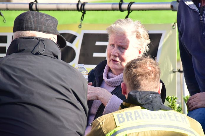 Lea Vanackere (80) doet haar verhaal, aan een brandweerman en haar echtgenoot (met pet).
