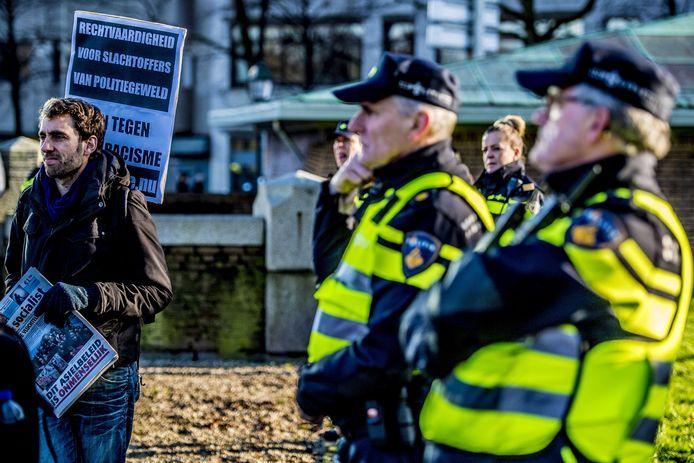 Aanhangers van verschillende organisaties zijn op initiatief van Movement X bijeen gekomen om te demonstreren tegen politiegeweld. Aanleiding is de verwachte uitspraak in de zaak Mitch Henriquez op 21 december