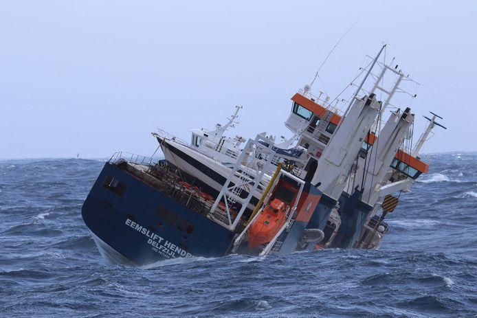 Het stuurloze schip Eemslift Hendrika.