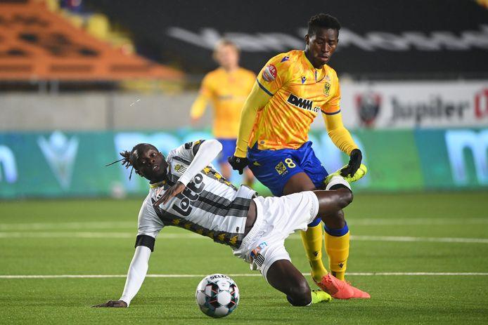 Ibrahima Sory Sankhon (r.) in actie bij STVV tegen Sporting Charleroi.