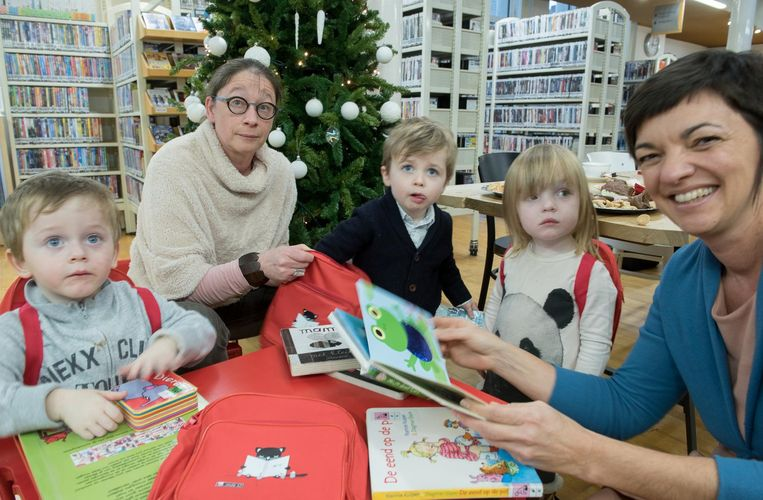 Els Boudeaud'hiu en Sandra De Rouck doen alvast aan leespromotie bij enkele 2-jarigen.