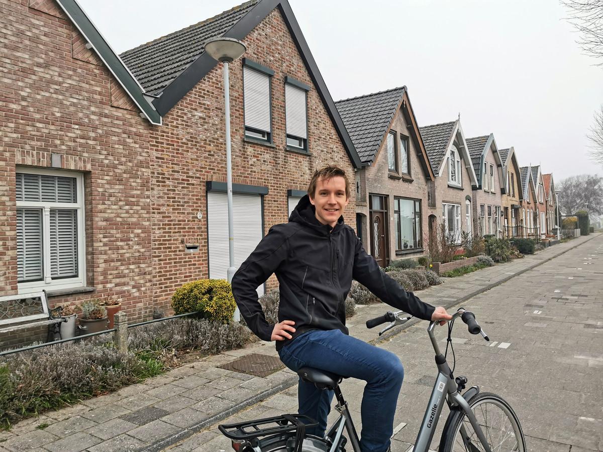 Arno van den Hemel in een deel van de Voorstraat dat compleet uit tweede woningen bestaat.