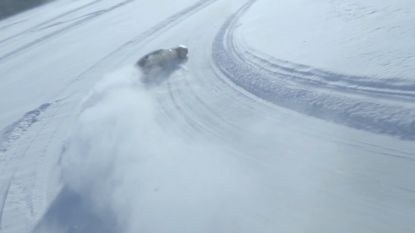 """Autofanaten racen op spekglad ijs: """"Heel normaal om door een bocht te schuiven"""""""