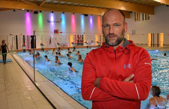 Directeur Michael Schouwaerts in het zwembad van Hoogstraten, ook van Sportoase.