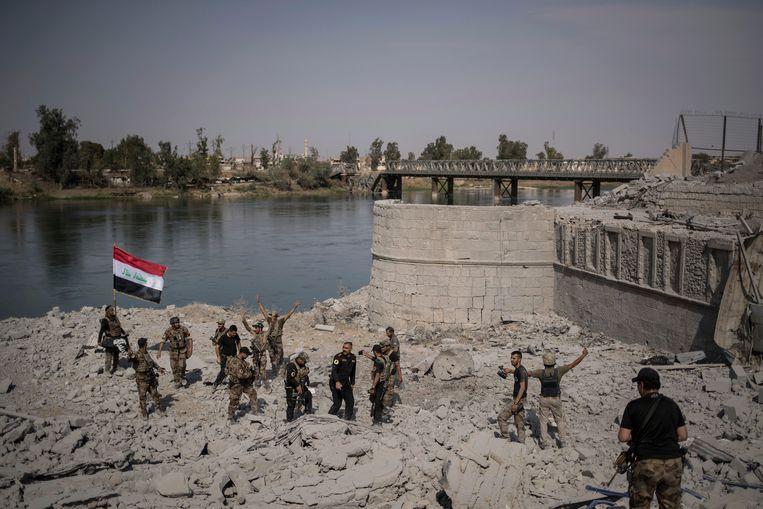 Iraakse soldaten aan de oever van de Tigris.