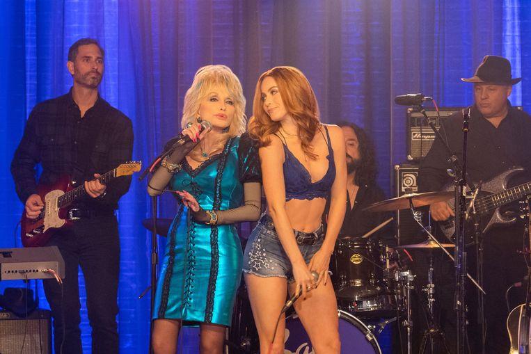 Dolly Parton en Julianne Hough in de Netflix-serie gebaseerd op haar songs. In deze verfilming van 'Jolene' speelt Parton een gastrol als eigenaar van een countrybar. Beeld Netflix