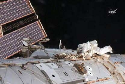 Astronauten beginnen aan ongeplande ruimtewandeling