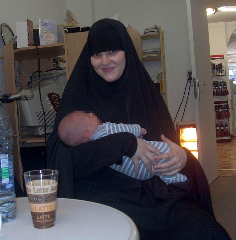 Julie Maes in Schaarbeek met haar oudste zoon. Beeld RV