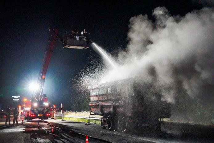 Vrachtwagen met schroot vat vlam op snelweg bij Geldrop.