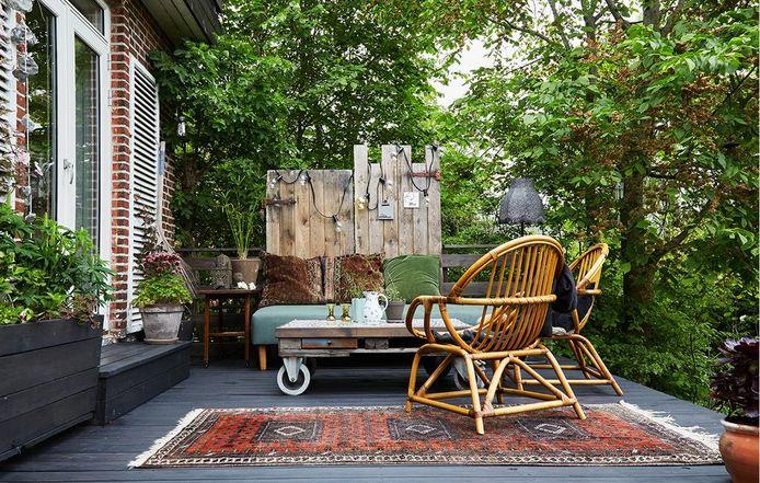 Een Scandinavische tuin creëer je door vooral te werken met witte, grijze en pasteltinten en stevige, natuurlijke meubelmaterialen.