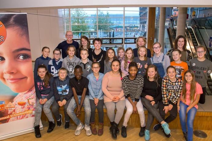 Leerlingen van De Sluis op het stadhuis in Lelystad.