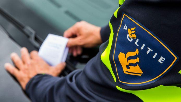 Een agent schrijft een bekeuring uit. Foto ter illustratie.
