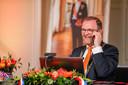 Vanochtend heeft burgemeester Servaas Stoop dertien inwoners van West Betuwe gebeld. Hij verraste ze met de heugelijke mededeling dat zij een Koninklijke onderscheiding ontvangen. De uitreiking is vanmiddag en morgen op een unieke plek in West Betuwe: Kasteel Neerijnen.