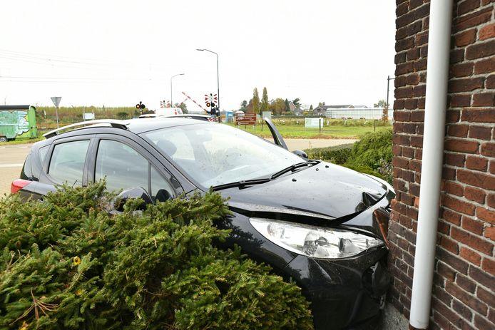 De auto ramde de gevel van een woonhuis in Biezenmortel.