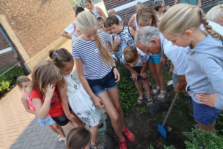 Burgemeester Rijcken begraaft samen met de kinderen een tijdscapsule