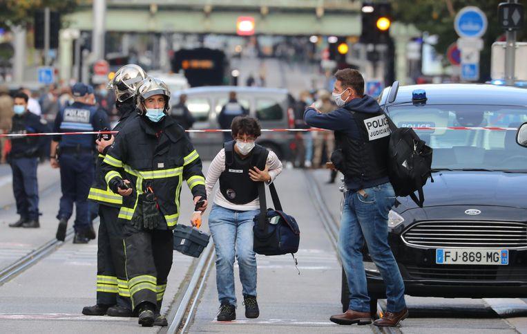 Nooddiensten komen ter plaatste bij de omgeving van de Notre Dame-basiliek in Nice waar vanochtend een mesaanval plaatsvond. Beeld AFP