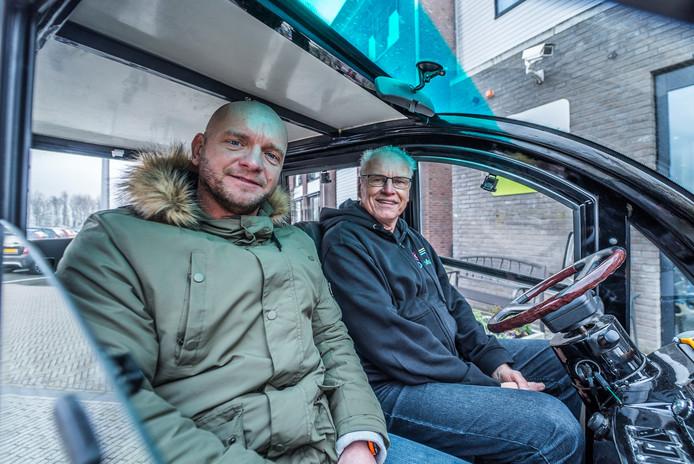 """Coördinator George Walther (links) met chauffeur Aad van Meurs in De Mus. ,,Soms bellen mensen mij op de dag zelf of ik nog plek heb."""""""