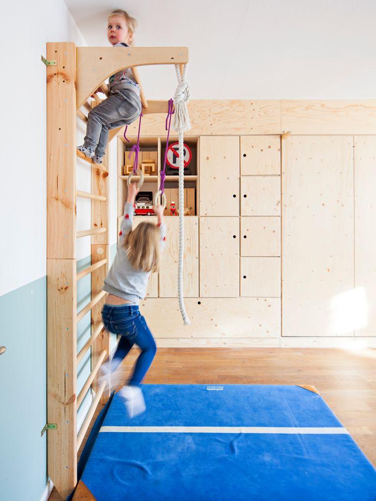 Klimrek - Nienke Laan: 'Onze kinderen maken dagelijks gebruik van het klimrek dat ik via Amazon kocht. De gymzaalmat kocht ik voor 15 euro op Marktplaats. Dat maakt de mini-gymzaal helemaal af.' Beeld Wouter Stelwagen