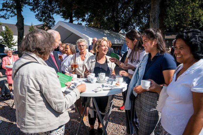Koffie drinken na de dienst in het parochiecentrum in Elst.
