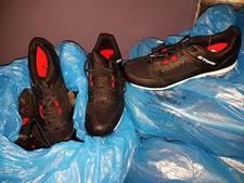 Politie vindt 30 nieuwe sportschoenen bij overweg in Hoeven