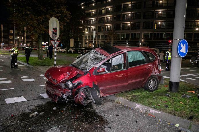 Een auto ligt volledig in puin na een harde crash op de Johan de Wittlaan in Arnhem.