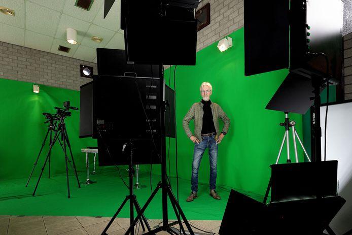 Peter van den Boogaard, het boegbeeld van Centrum Radio en TV in Valkenswaard, in het tijdelijke onderkomen in het voormalige tennispaviljoen.