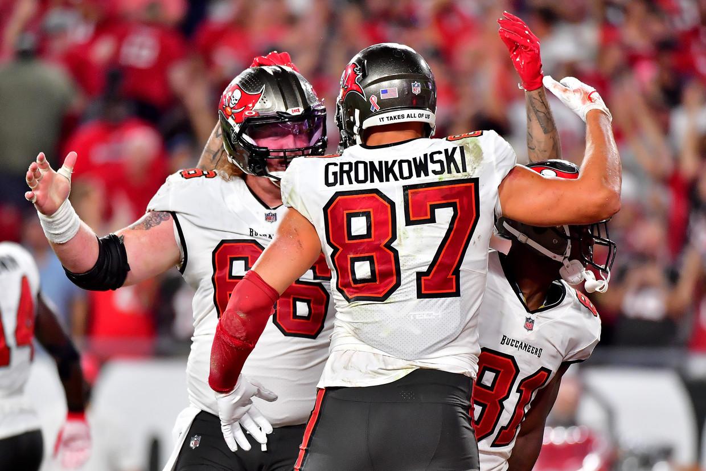 Ryan Jensen en Rob Gronkowski van de Tampa Bay Buccaneers vieren een touchdown tegen de Dallas Cowboys op 9 september. In dezelfde wedstrijd werd Jensen bestraft omdat hij een tegenstander had uitgescholden. Beeld Getty Images