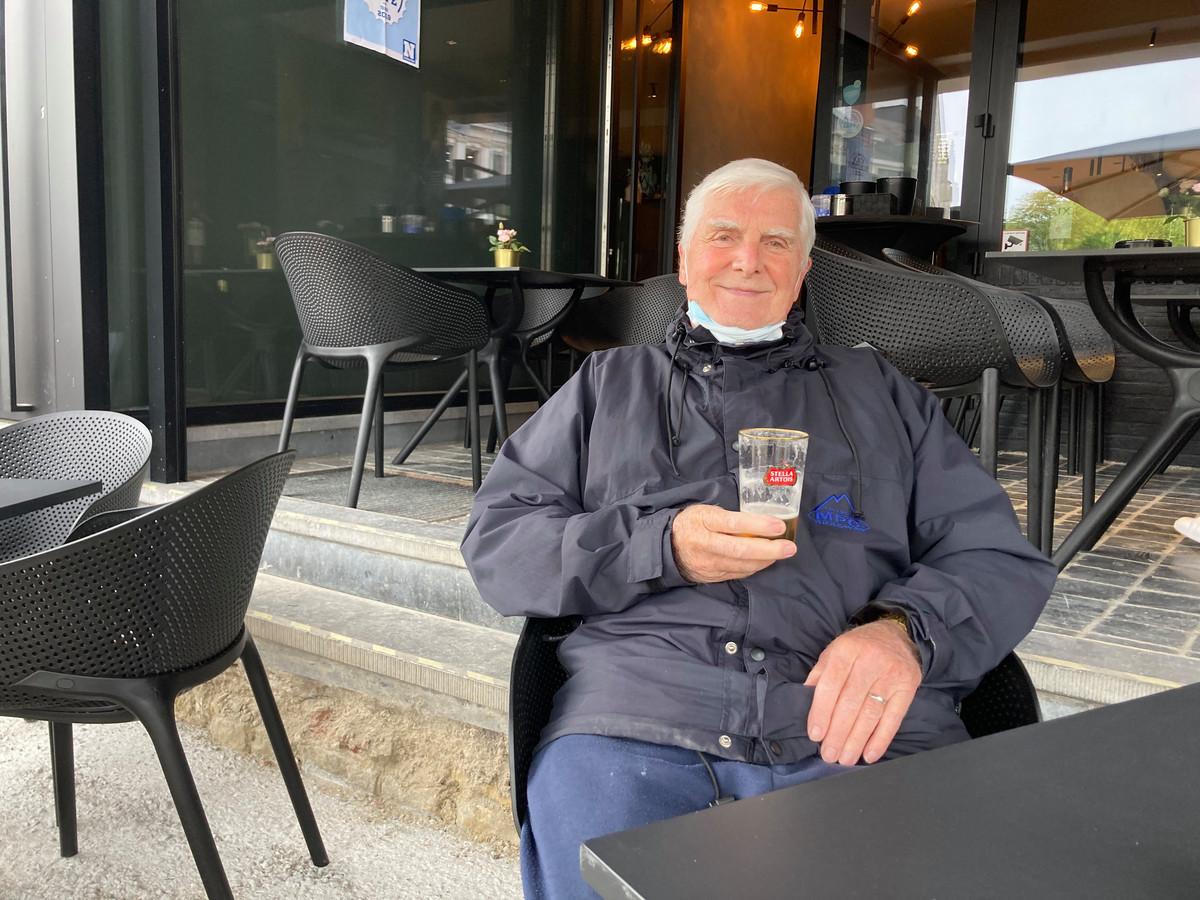 """Laurent (80) heeft vandaag een drukke agenda, maar maakt graag tijd voor een """"volle pint""""."""